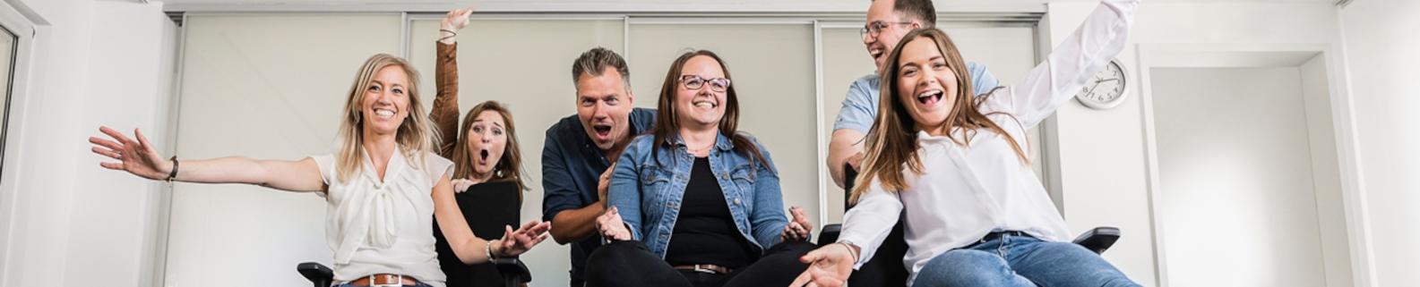 Mitarbeiter der Stadtwerke Troisdorf glücklich im Büro