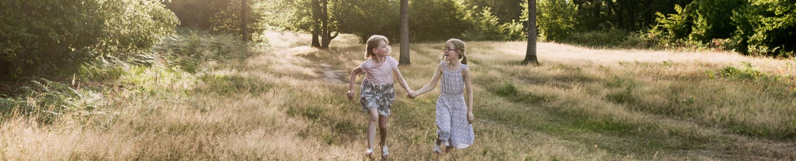 zwei Mädchen in der Natur